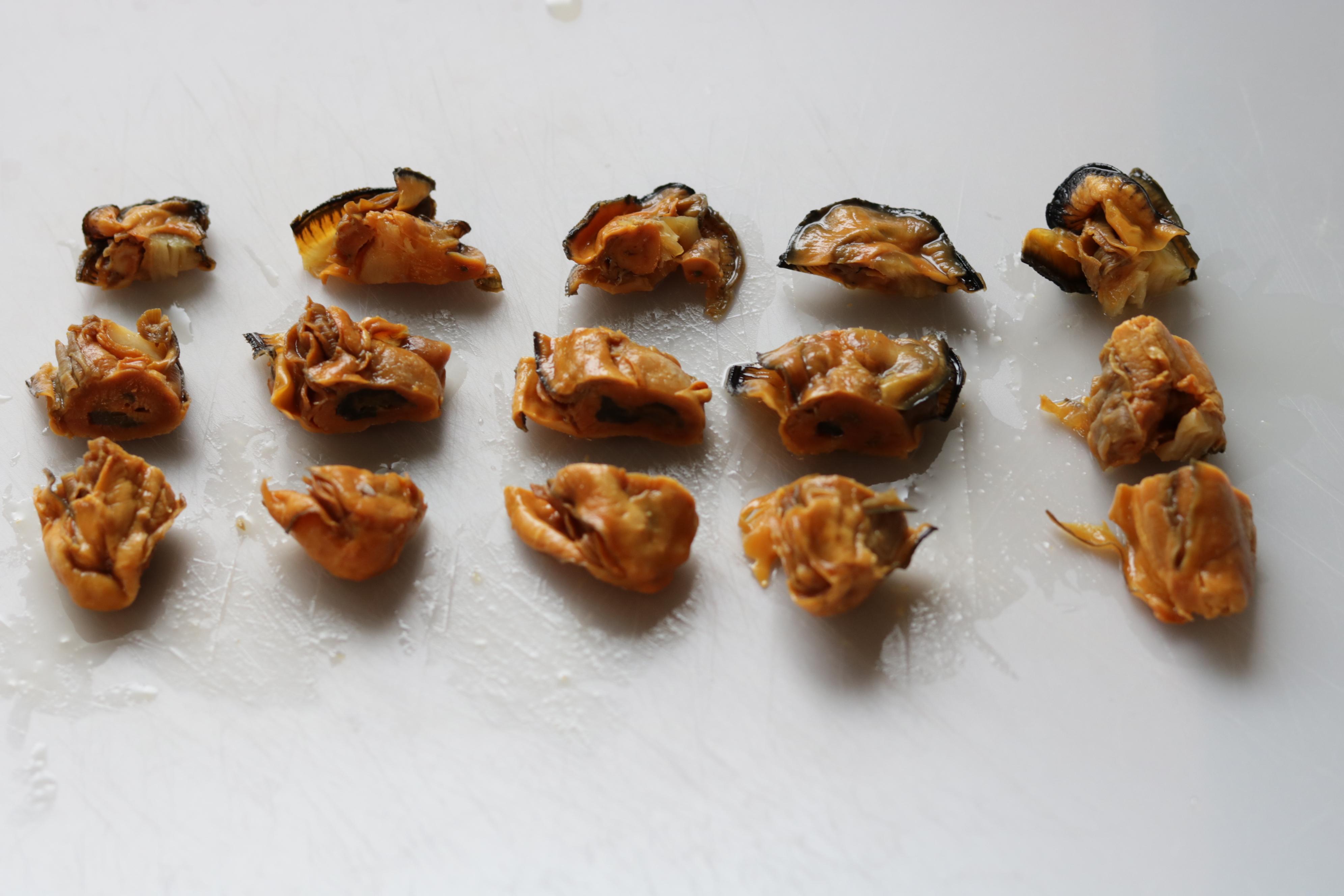 干し牡蠣を切って並べたところ