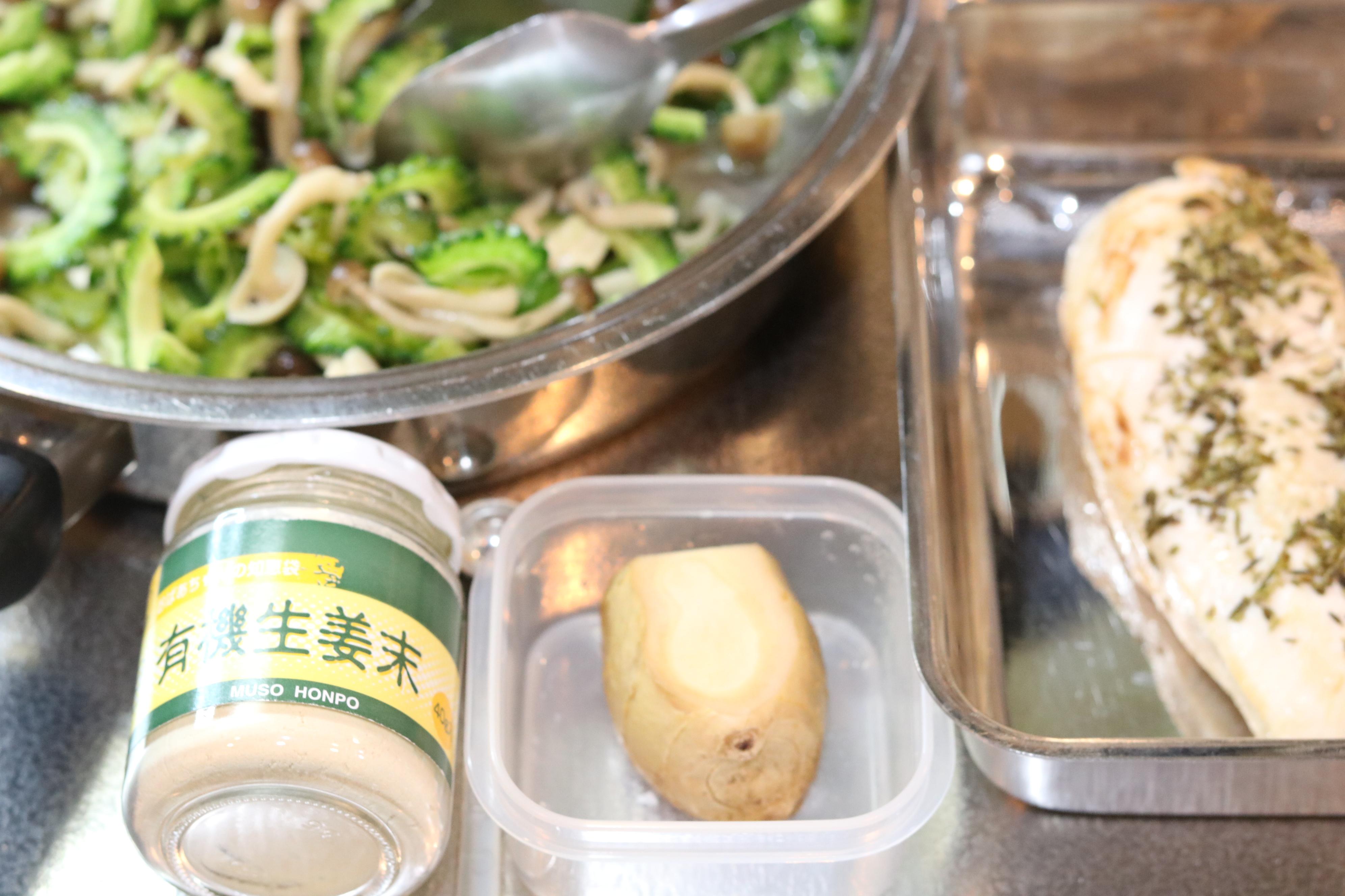 苦瓜を使う梅雨の季節薬膳に生姜かジンジャーパウダーか迷っているところ。