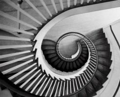 スパイラルに続く階段イメージ