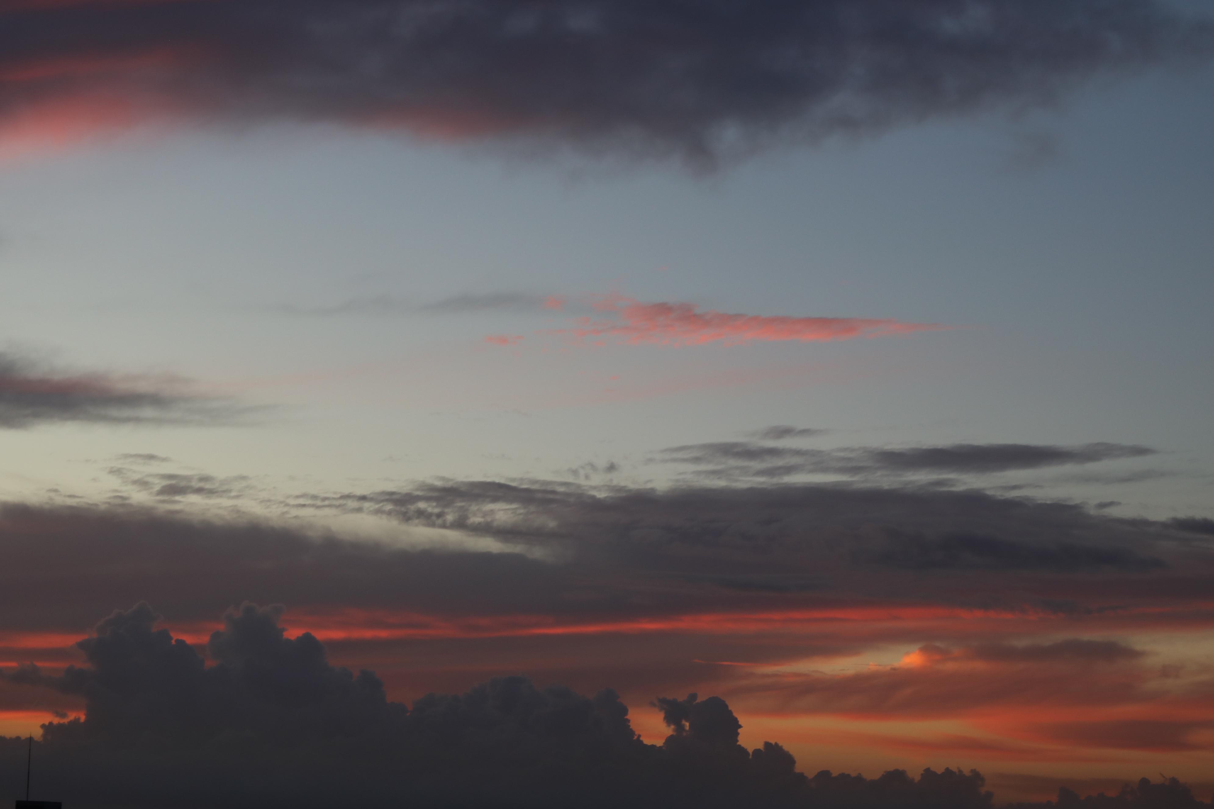 2020年9月7日の夜明け前の地平線のもくもく雲