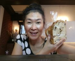 薬膳ライフコーチが、老化防止に葡萄。老化防止にお気に入りの葡萄パンを手にライブ配信。