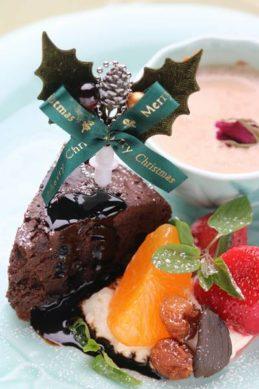 フルーツを添えた黒にんにくの薬膳クリスマスケーキ