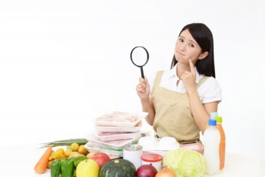 薬膳素材を調べて困惑する女性