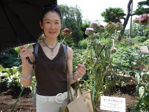 東京都薬用植物園にて撮影したアーティチョークと薬膳のけいてぃー先生