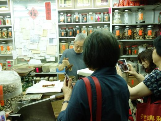 香港研修ツアーにて中薬の薬局