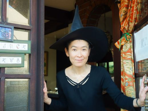 扉を開ける薬膳の魔女