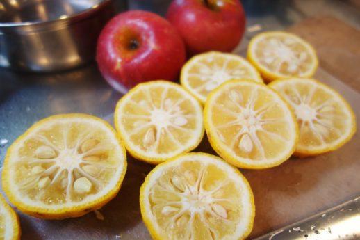 切った柚子とりんごの準備