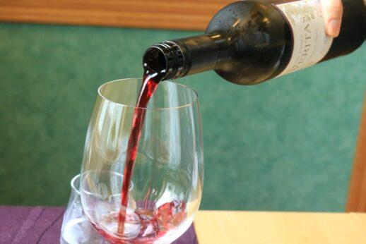 赤ワインを注いでいるところ