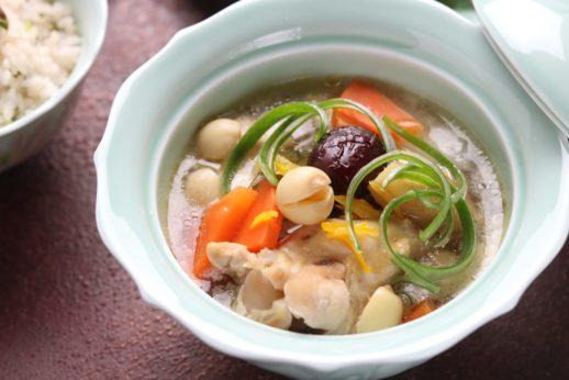 柑橘風味の蓮の実と棗の骨付き鶏スープ